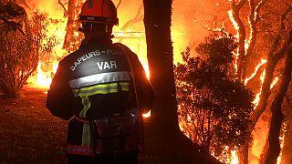 Un pompier du Var lutte contre un incendie près de Toulon, France, le mardi 17 août 2021.