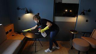 Un limpiadora de hotel prepara una habitación para los clientes