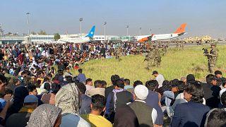 Afganisztán elhagyására váró tömeg a kabuli reptéren