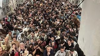 پناهجویان افغان در بخش بار یک هواپیمای نظامی