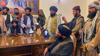 Tálib harcosok az afganisztáni palotában Kabulban