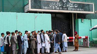 شهروندان افغانستان در صفی برای دریافت ویزا از سفارت ایران در افغانستان