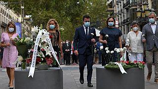 Silêncio e cravos brancos na homenagem às vítimas dos atentados de Barcelona