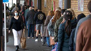 Yeni Zelanda'da 3 günlük karantina kararının ardından halk süper marketlere hücum etti