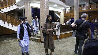 Jalalabad: afghani in piazza per difendere la bandiera. I talebani sparano contro la folla