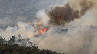 Le feu ravageant la végétation de l'arrière-pays de Saint-Tropez, dans le sud de la France, le 17 août 2021