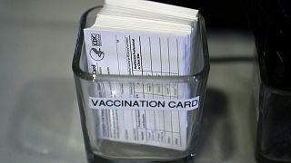 بطاقات التطعيم الأمريكية ضد كوفيد-19.