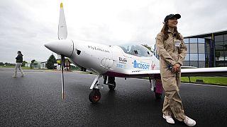 Zara Rutherford devant son avion avec lequel elle compte boucler un tour du monde - aéroport de Courtrai-Wevelgem (Belgique), le 18/08/2021
