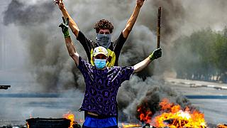 متظاهرون يحرقون الإطارات لإغلاق الطرق خلال مظاهرة تطالب بإعادة الكهرباء في البصرة، جنوب شرق بغداد، العراق، الجمعة 2 يوليو/تموز 2021