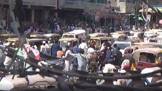 Manifestants, à Jalalabad, courant après que les talibans ont ouvert le feu sur la foule, le 18 août 2021