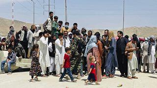 Több száz afgán várakozik a reptér környékén, sokan azok közül, akik jogosultak a kimenekítésre a fővárosban bujkálnak