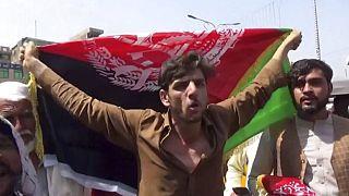 à Jalalabad, en Afghanistan, un manifestant s'oppose au remplacement du drapeau afghan par celui des talibans, le 18 août 2021