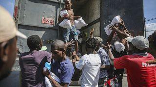 Se distribuye arroz a los residentes de Les Cayes, Haití. Foto tomada el 16 de agosto de 2021, dos días después del terremoto de 7,2 grados de magnitud.