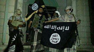 مقاتلو القاعدة يرفعون راية التنظيم أمام متحف في سيئون ثاني مدينة يمنية بمحافظة حضرموت.