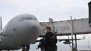 Afganistan'a uçan bir Fransız askeri uçağı ve Fransız jandarması
