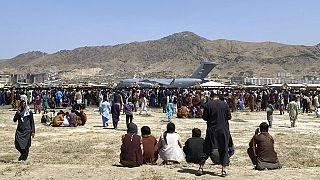 Ezrek várakoznak a kabuli repülőtéren a menekülés reményében