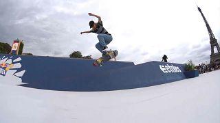 Скейтбордист выполняет трюк на фоне Эйфелевой башни