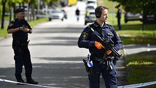 Polizisten vor dem Gymnasium in Eslov, Schweden, 19. August 2021