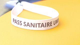 Una pulsera que abre puertas, frente a las restricciones por la COVID en Burdeos, Francia