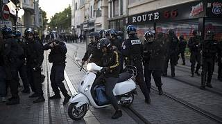 شرطة مكافحة الشغب الفرنسية تؤمن الشارع خلال مسيرة ضد وحشية الشرطة والعنصرية في مرسيليا، فرنسا، 13 يونيو-حزيران 2020
