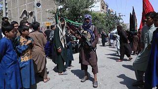 شيعة في أفغانستان يحتفلون بيوم عاشوراء أمام عناصر حركة طالبان