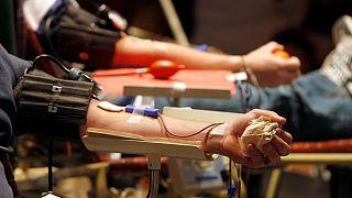 أعلن وزير الصحة الإسرائيلي نيتسان هورويتس الخميس رفع الحظر عن تبرع الرجال مثليي الجنس بالدم