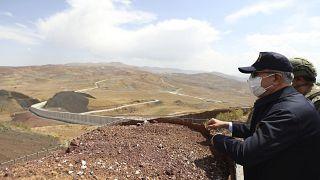 Der türkische Verteidigungsminister Hulusi Akar am Sonntag an der Mauer