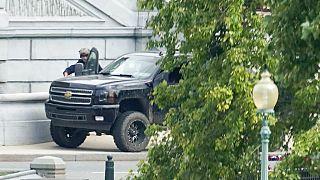 Les agents de sécurité contrôlent un véhicule garée sur un trottoir près du Capitole, à Washington, USA, le 19 août 2021