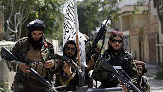 Tálib fegyversek járőröznek Kabulban a győzelem után