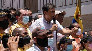 El candidato opositor a la gobernación del estado de Miranda, Carlos Ocaríz, hace campaña en una barriada de Caracas, Venezuela, el 19 de agosto de 2021.