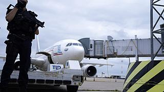Egy csendőr őrzi a Kabulból érkező kormányrepülőgépet a Roissy Charles Gaulle repülőtéren