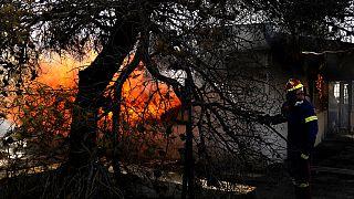 Tűzoltó egy házat olt Theában 2021.aug.19-én