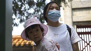 """Yasa değişikliği, Pekin yönetiminin 1980'de nüfus artışını kontrol etme amacıyla benimsediği """"tek çocuk"""" politikasından dönüşe işaret ediyor"""