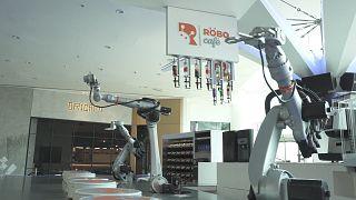Ντουμπάι: Χρήση ρομποτικής τεχνολογίας σε καφέ, μανικιούρ και στη διανομή φαγητού
