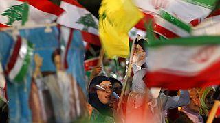 أعلام إيرانية ولبنانية خلال مسيرة نظمها حزب الله بمناسبة زيارة الرئيس الإيراني أحمدي نجاد للضاحية الجنوبية لبيروت، لبنان، الأربعاء 13 أكتوبر/تشرين الأول 2010
