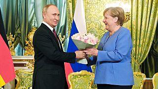 Rusya Devlet Başkanı Vladimir Putin, Kremlin'de Almanya Başbakanı Angela Merkel'e çiçek verdi.