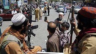 Afgán férfiak tálibokkal szelfiznek Kabulban