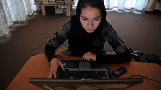 فيسبوك يحث الأفغان المعرضين للخطر على حماية حساباتهم من طالبان