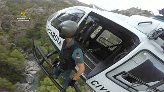 Miembro de la Guardia civil española en medio de una operación de rescate, Granada, España.