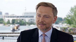"""شاهد: كريستيان ليندنر و""""كعكة الحظ"""" في الانتخابات الفيدرالية الألمانية"""