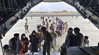 Des personnes embarquent à bord d'un A400M de l'armée espagnole, à Kaboul, Afghanistan, le 18 août 2021