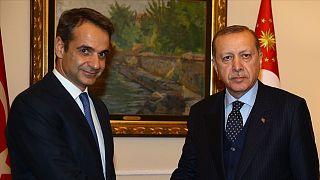 Yunanistan Başbakanı Kirgios Miçotakis (solda) ve Recep Tayyip Erdoğan (sağda)