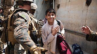 Afganistan'ın başkenti Kabil'deki Hamid Karzai Uluslararası Havaalanı'ndan uçakla ayrılmak üzere olan bir Afgan mülteci çocuk.
