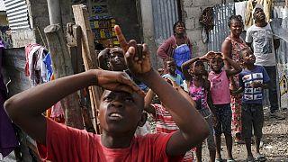 Des sinistrés du séisme guettent l'arrivée d'un hélicoptère transportant de l'aide humanitaire - Près des Cayes (Haïti), le 19/08/2021