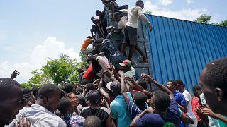 Los residentes saquean un camión cargado de suministros de ayuda en Vye Terre, Haití, el 20 de agosto de 2021.
