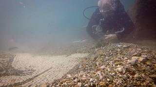 شاهد: رحلة غوص في إيطاليا تحت الماء بين بقايا مدينة أثرية غريقة