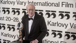 Sir Michael Caine reçoit le Globe de cristal pour sa contribution artistique au cinéma mondial au Festival International du Film Karlovy vary en République tchèque le 22/08/21