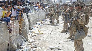 Afegãos dão tudo para deixar o país