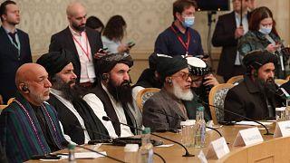 Hamid Karzai (balo.) és a tálib küldöttség a márciusi moszkvai Afganisztán-konferencián