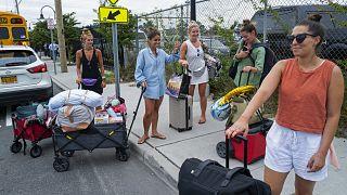 UN grupo de turistas evacúa Fire Island ante la llegada de Henri